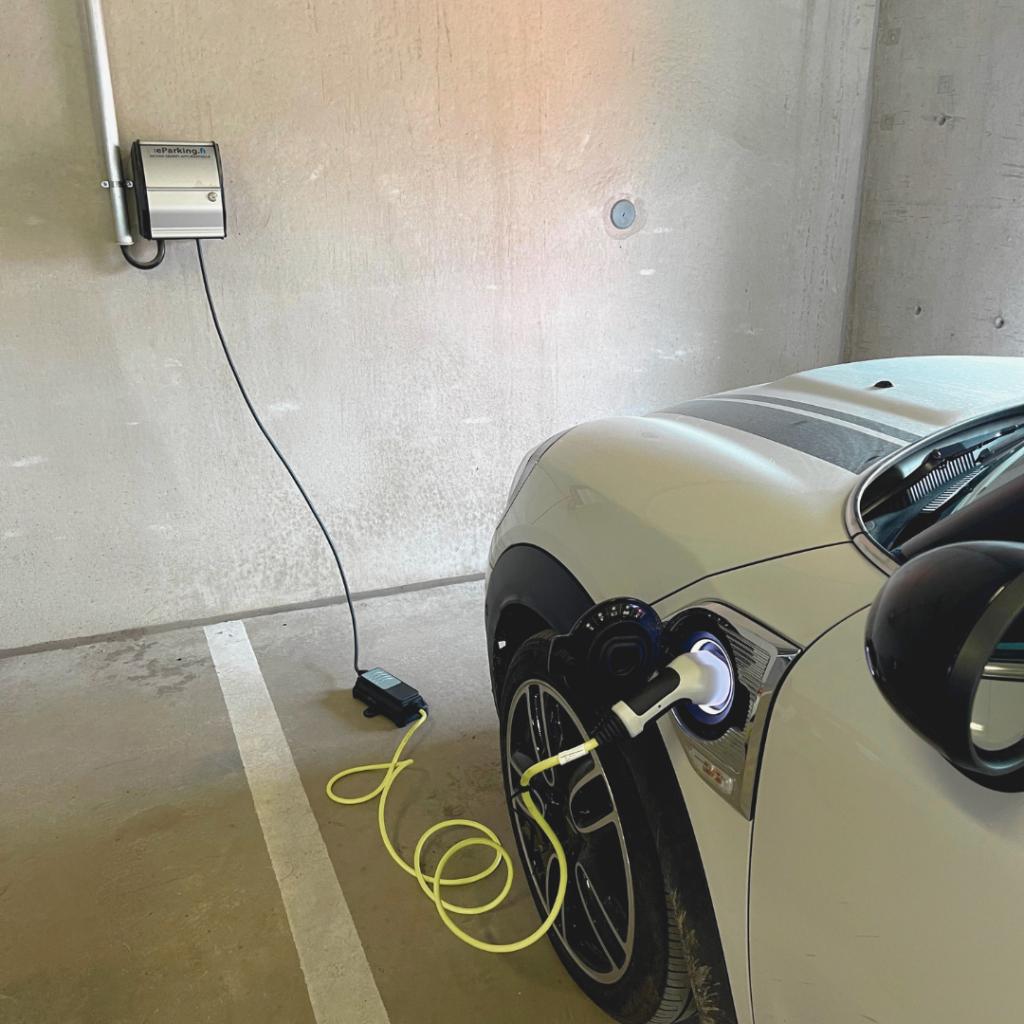 Latauspiste taloyhtiössä. Sähköauto latauksessa eParking.fi laitteessa.